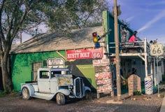路线66装饰的看法在亚利桑那,定调子 免版税库存照片