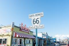 路线66足迹标志的圣塔蒙尼卡末端,圣塔蒙尼卡码头 库存照片