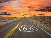 路线66路面标志日出莫哈维沙漠 免版税图库摄影
