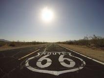 路线66路面标志-莫哈维沙漠 库存图片