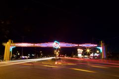 路线66霓虹和汽车在晚上 库存照片