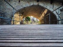 路绕通过一座石桥梁在梅赫伦 免版税库存图片