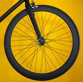 路自行车的碳轮子在黄色背景 免版税图库摄影