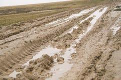 路被弄脏的水 土在早期的春天 库存图片
