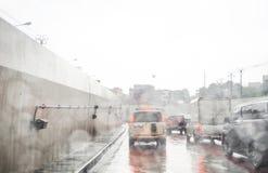 路视图通过与雨的车窗 免版税库存图片