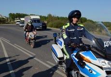 路警察的摩托化军队的官员扣留了在滑行车的十几岁 库存图片