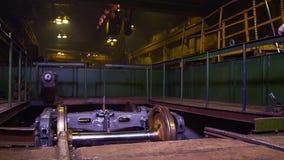 路轨制造火车和货物无盖货车的,棚车 路轨制造工厂 堆钢圆杆-铁 库存照片