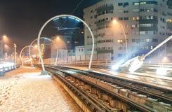 路轨在市区在晚上 库存照片