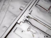 路轨用在一场飞雪的雪盖在紧急状态的创作的出席者 免版税图库摄影