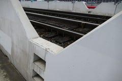 路轨的细节在一座具体桥梁的 免版税库存照片