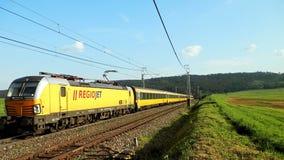 路轨集合载体朝向对波普拉德的RegioJet 免版税库存图片