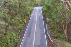 路轮鸟瞰图与限速路标的 免版税库存照片