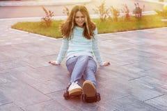 路辗轮子的女孩少年,适应运动鞋 图库摄影