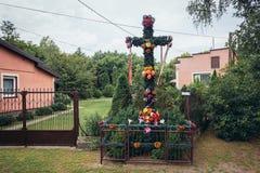 路边十字架在波兰 库存图片