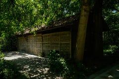 路边在太阳遮荫森林孵化了与竹子被编织的墙壁的小屋 图库摄影