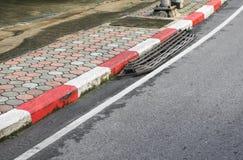 路边缘白色和红色老 没有停车场信号 库存照片