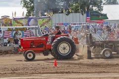路过红色Allis Chalmers的拖拉机 库存图片