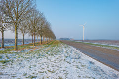 路通过一个冻结的领域在冬天 库存照片