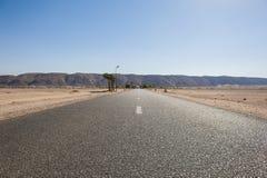 路通过一片遥远的沙漠 库存图片
