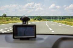 路通过以表明方式的一个模糊的导航员为背景的挡风玻璃对司机 库存照片