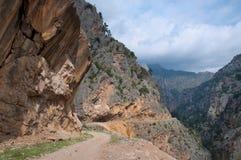 路通过在山的峡谷 免版税库存图片