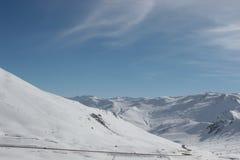 路通过多雪的冬天风景在吉尔吉斯斯坦 库存图片