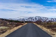 路通过对山的平原 库存照片