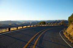路通过小山在日落的马利布 库存照片