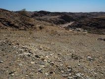 路通过岩石山纹理风景美好的场面  免版税库存照片