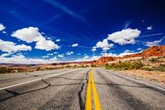 路通过拱门国家公园,犹他,美国 免版税图库摄影