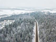 路通过森林鸟瞰图冬天风景 免版税库存照片