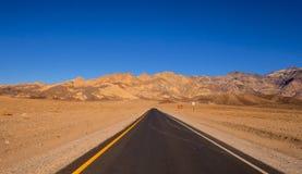 路通过死亡谷沙漠在加利福尼亚 免版税库存图片