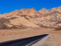 路通过死亡谷沙漠在加利福尼亚 库存照片