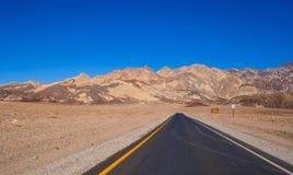 路通过死亡谷沙漠在加利福尼亚 免版税图库摄影