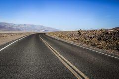 路通过死亡谷的中心 免版税库存图片