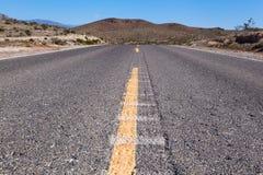 路通过沙漠向死亡谷,美国 免版税图库摄影