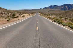 路通过沙漠向死亡谷,美国 免版税库存照片