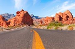 路通过火国家公园,内华达,美国谷  免版税库存图片