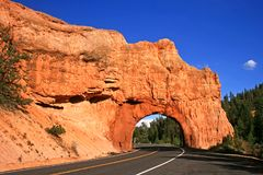 路通过红色岩石隧道,犹他 免版税库存照片