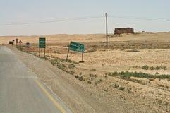 路通过Arrassafeh遗物的沙漠在叙利亚 免版税图库摄影