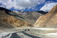 路通过Leh干旱的山  免版税库存照片