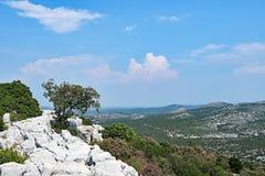 路通过Vrana湖自然公园,克罗地亚 免版税库存照片