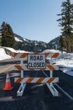 路闭合由于季节晚期的雪漂泊 免版税库存照片