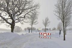 路闭合由于随风飘飞的雪 库存图片