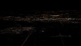 路阿姆斯特丹市顶视图光从飞机窗口的在晚上 免版税库存照片