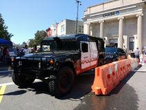 路障,军事样式HV-1发嗡嗡声的东西,拉塞福警察紧急车 免版税图库摄影
