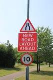 路面狭窄和新的路布局标志 库存图片