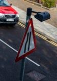 路面狭窄标志异常的看法  免版税库存照片