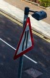 路面狭窄标志异常的看法  免版税图库摄影