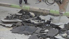 路面的修理部分 在挖掘机毁坏的沥青层数的水力锤子破碎机在遏制石头附近 股票视频